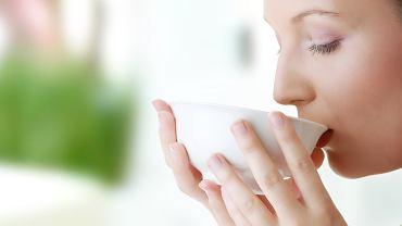 Picie wody i zielonej herbaty korzystnie wpływa na metabolizm