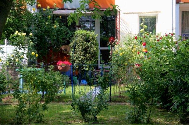 Mieszkasz w bloku? Urządź przy nim ogródek!