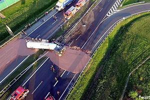 Wypadek na A2. Koło Słupcy na asfalcie rozlała się płynna czekolada