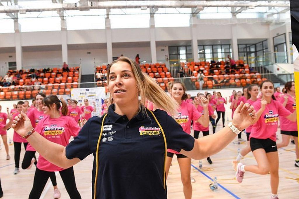 Wrzesień 2021 r. Anna Puławska zachęca dziewczęta do zajęć wychowania fizycznego. 'Róbcie to dla siebie, by mieć łatwiej w życiu'