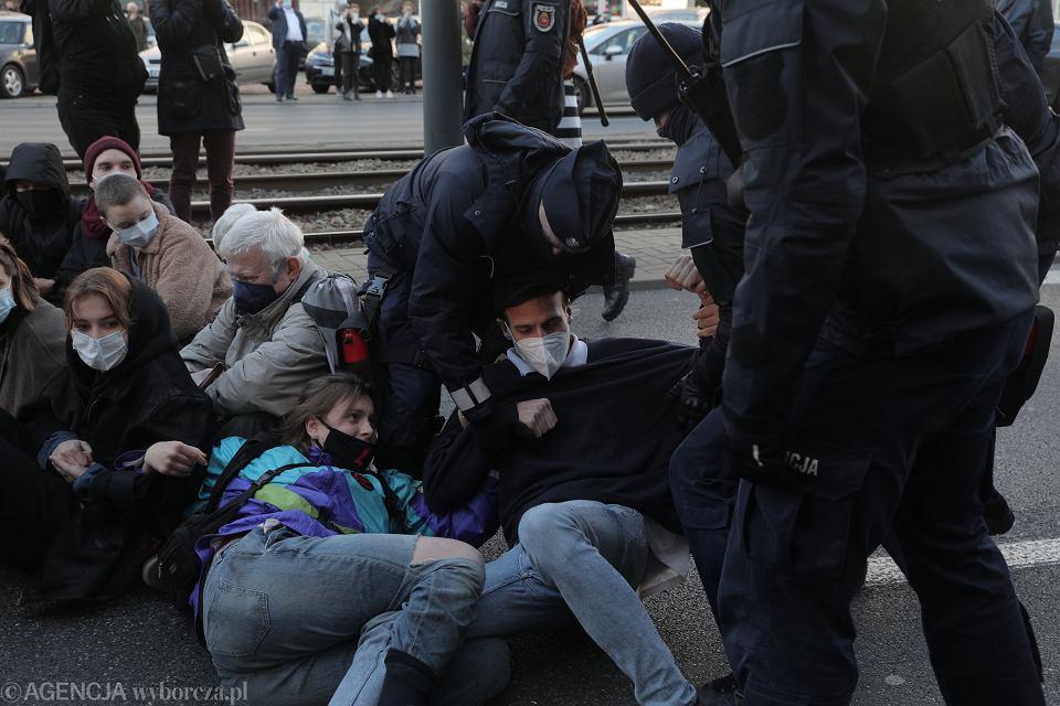 Strajk Kobiet. Policja pacyfikuje pikietę pod sądem - demonstranci upominają się o zatrzymanych podczas wczorajszej demonstracji. Warszawa, 19 listopada 2020