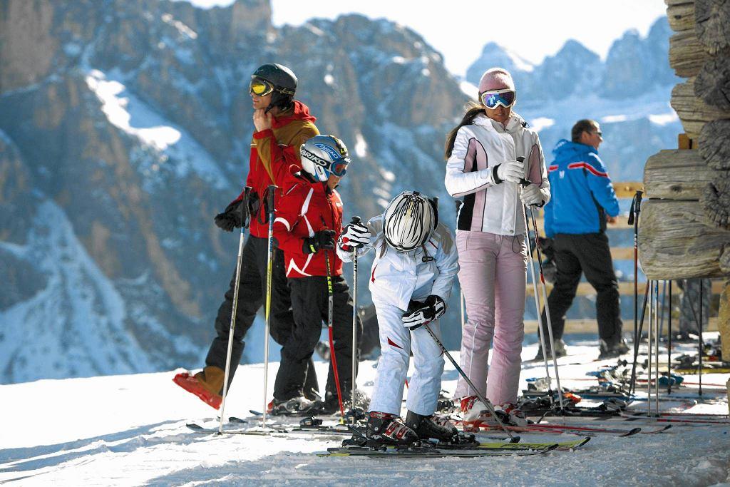 Słońce niemal przez cały rok i malownicze, długie trasy narciarskie to specjalność Dolomitów.