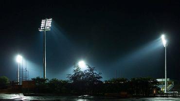 Pierwsze testy masztów oświetleniowych na stadionie w Olsztynie