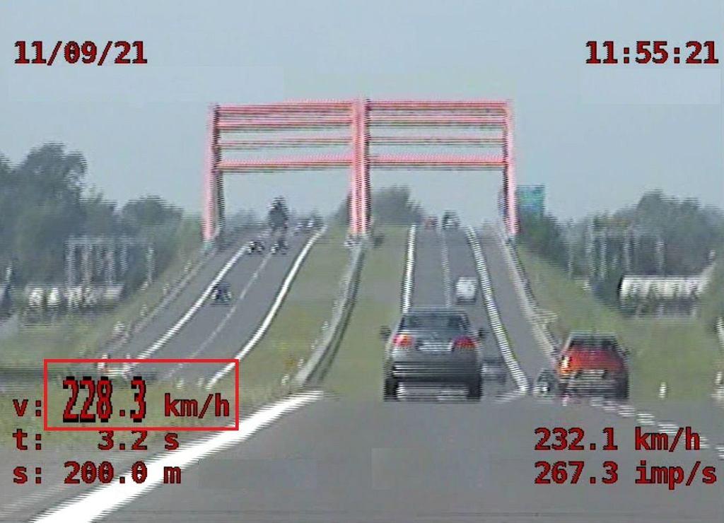 A4. Miał na liczniku 228 km/h. Sprawdzał 'jak pójdzie auto kolegi'. Dostał dwa mandaty