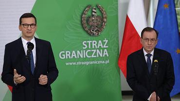 Premier rządu PiS Mateusz Morawiecki i minister spraw wewnętrznych Mariusz Kamiński podczas konferencji w Komendzie Głównej Straży Granicznej. Warszawa, 20 września 2021