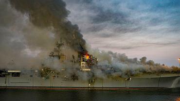 Archiwalne zdjęcie płonącego USS Bonhomme Richard