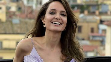 Angelina Jolie przyłapana na randce. Zna go cały świat! Przyszli osobno, wyszli razem i udali się do jego willi