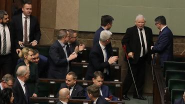 Jarosław Kaczyński oklaskiwany przez posłów PiS podczas pierwszego czytania ustawy o sądach