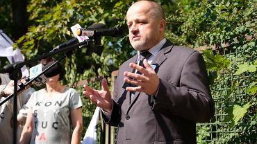 Sędzia Piotr Gąciarek podczas manifestacji przed Krajową Radą Sadownictwa, 21 września 2018.