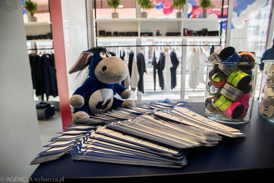 a5b13cab04de6 Zdjęcie numer 5 w galerii - Uniwersytet Śląski otworzył sklep z gadżetami.  Jedwabne apaszki i