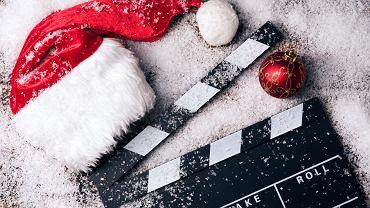 Filmy świąteczne wprowadzają magiczną atmosferę w domu. Zdjęcie ilustracyjne