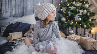 Dziecko i prezenty - zdjęcie ilustracyjne
