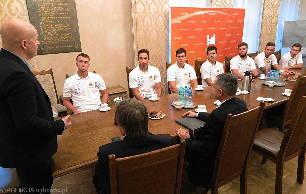Piłkarze ręczni plażowi BHT Auto Forum Petry Płock na spotkaniu w ratuszu