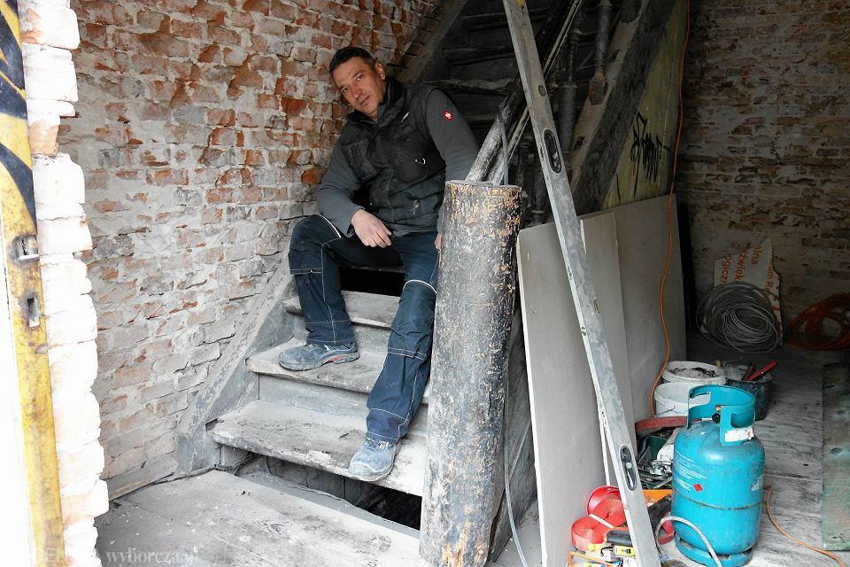 Krzysztof Rządkowski: - Zszedłem do piwnicy - jest tam dostęp do schodów od ich 'lewej' strony. Uniosłem głowę. I zobaczyłem dziwną belkę...