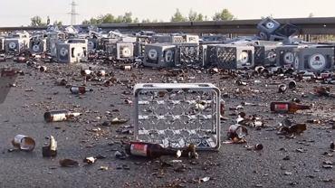Na niemieckiej autostradzie rozbiło się 350 krat piwa