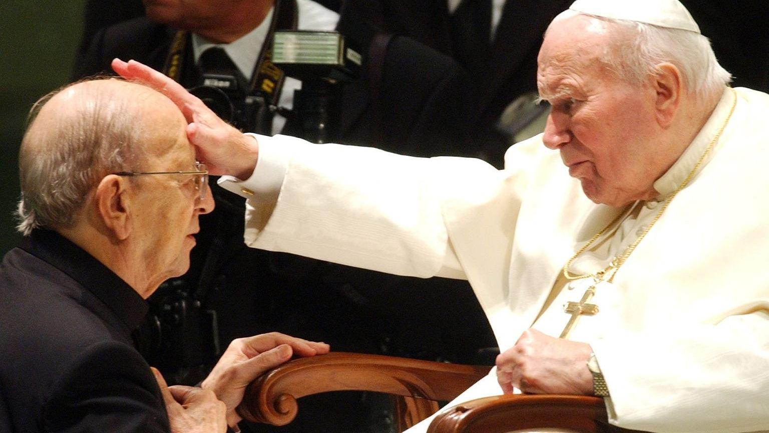 Założyciel Legionu Chrystusa Marcial Maciel i Jan Paweł II w 2004 roku