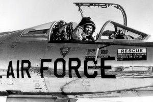 Chuck Yeager: człowiek, który prześcignął dźwięk