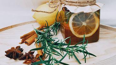 Pomysły na herbatę jesienną. Suszone owoce, syropy czy soki? Lista aromatycznych dodatków