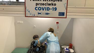 Białystok. Szczepienia na COVID seniorów 70 +. Szpital tymczasowy w hali sportowej Uniwersyteckiego Szpitala Klinicznego