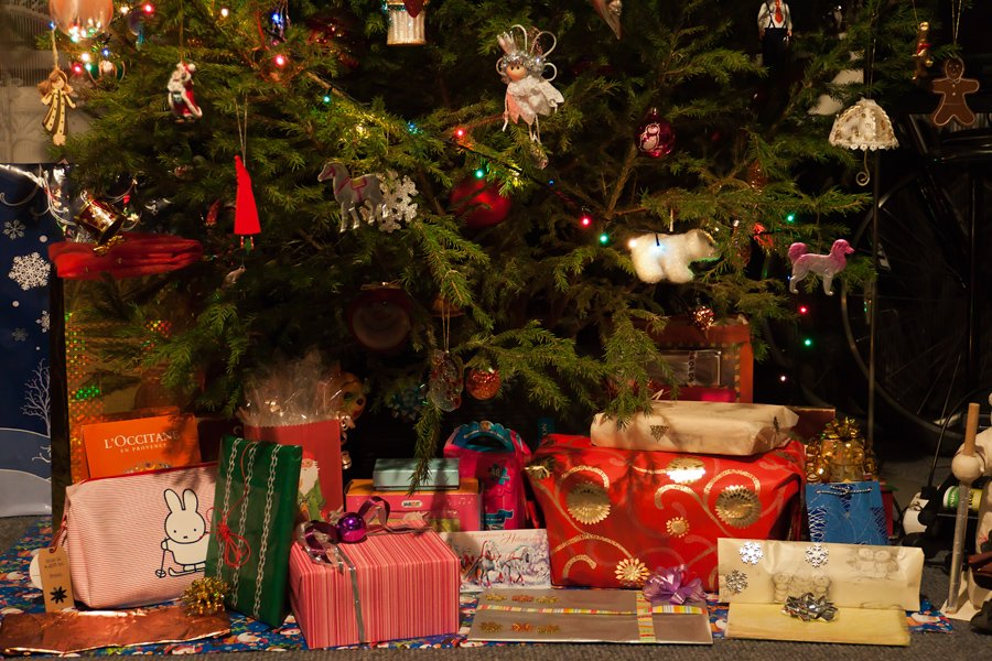Za oceanem dzieci to właśnie o poranku szukają prezentów świątecznych pod choinką.