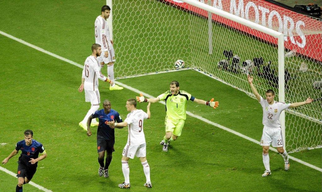 Gol dla Holandii po faulu na Ikerze Casillasie