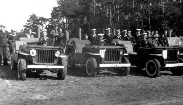 Zespół marynarki wojennej na jeepach, biorącej udział w tak zwanej 'Gymkhanie', czyli w konkursie sprawnościowym w 1948 roku