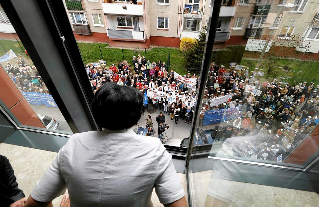 W Polsce praca położnych, tak jak i pielęgniarek, nie gwarantuje ani wysokich zarobków ani prestiżu społecznego. Na zdjęciu pikieta pielęgniarek i położnych w Kielcach, kwiecień 2015 r. (fot. Jarosław Kubalski / Agencja Gazeta)