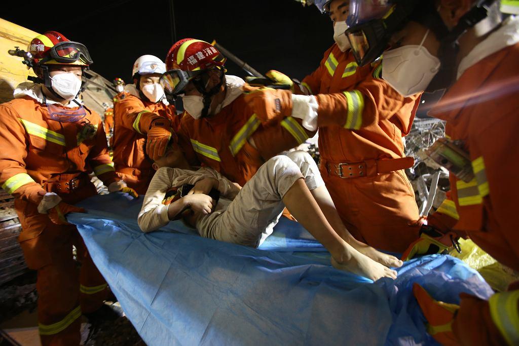 Ratownicy uratowali 10-latka i jego mamę po 52 godzinach od zawalenia się hotelu w Quanzhou w Chinach.