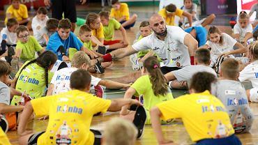 Marcin Gortat zaprasza dzieci do wspólnych treningów.