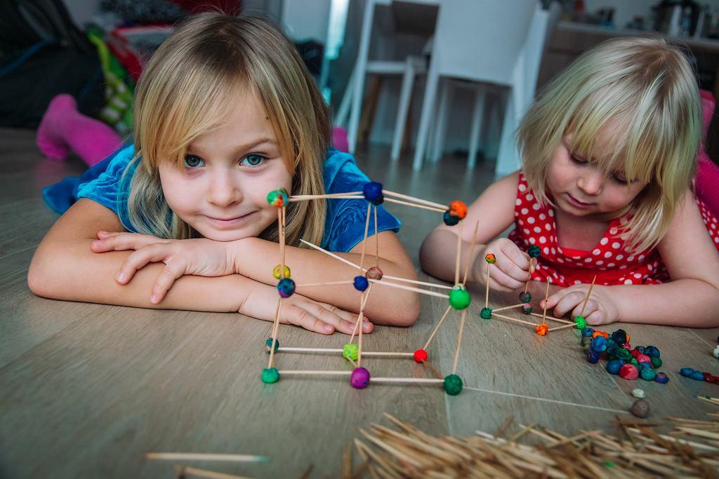 Co robić z dzieckiem w domu? Wykorzystaj to, co znajdziesz w szufladach i kreatywność dziecka. Patyczki i plastelina mogą zająć je na dłuższy czas.