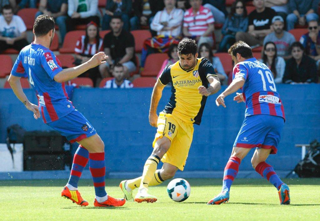 Piłkarze Levante zatrzymali rozpędzone Atletico. Nie pomógł nawet Diego Costa (na zdjęciu w żółtej koszulce)