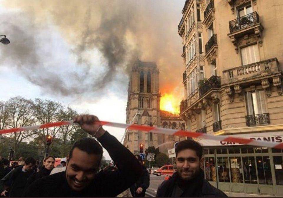 Gdy policyjna taśma niespodziewanie opadła na twarze dwóch studentów architektury, którzy byli w tłumie obserwującym pożar (wcześniej badali konstrukcję katedry Notre Dame, tworzyli jej trójwymiarowe modele), mimowolnie się uśmiechnęli. Spłynął na nich hejt... Paryż, 15 kwietnia 2019 r.