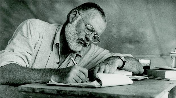 Ernest Hemingway radził początkującym pisarzom: 'Najlepszy moment, by przerwać pisanie, jest wtedy, kiedy idzie ci całkiem dobrze i wiesz, co się wydarzy dalej. Jeśli tak będziesz robić każdego dnia, nigdy nie będziesz miał twórczej blokady'.