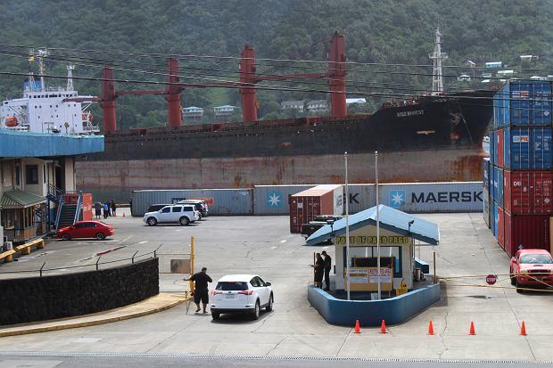 Korea Północna żąda od USA zwrotu statku Wise Honest. Na zdjęciu statek przybija do portu w Pago Pago w Samoa Amerykańskim