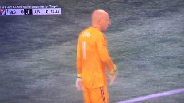 Brad Guzan grał z mikrofonem w meczu MLS All-Stars - Juventus