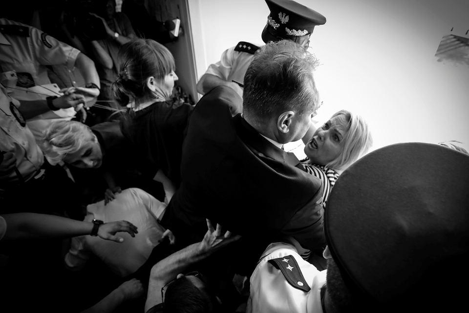 37. dzień protestu rodziców i opiekunów osób niepełnosprawnych. Na zdjęciu matka niepełnosprawnego Jakuba Iwona Hartwich w starciu ze strażnikiem, 24 maja 2018 r.