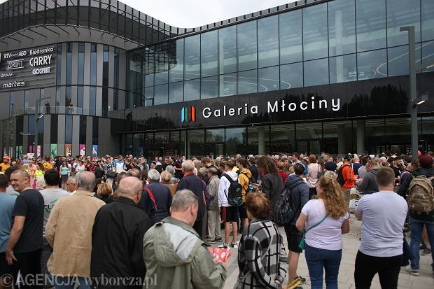 Tłumy na otwarciu Galerii Młociny w maju 2019 r. Otwarcie galerii w poniedziałek, 4 maja 2020 r. po epidemii takich tłumów już nie przyciągnie