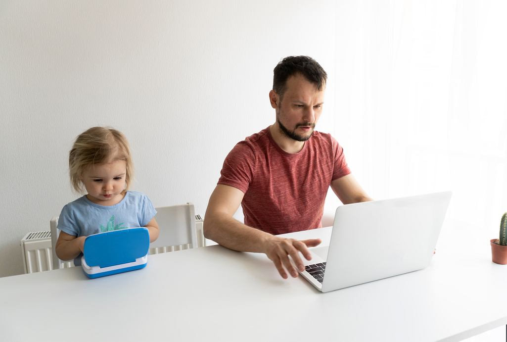 Zasiłek opiekuńczy przez Internet. Złożymy go przy pomocy między innymi Profilu Zaufanego. Zdjęcie ilustracyjne, Maria Mikhaylichenko/shutterstock.com