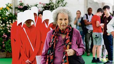 Margaret Atwood w towarzystwie kobiet przebranych za podręczne