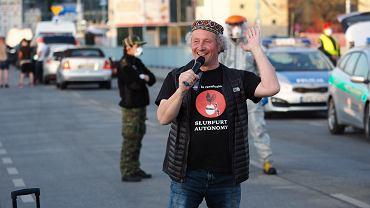 Michael Kurzwelly podczas manifestacji we Frankfurcie