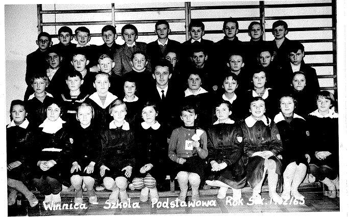 Leon Waleśkiewicz z uczniami. Autor stoi w górnym rzędzie siódmy od lewej