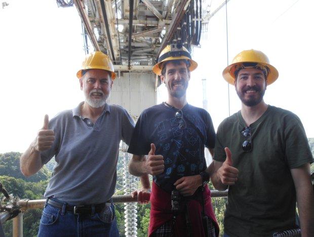 Załoga ISEE-3 Reboot Project podczas instalacji sprzętu w Arecibo