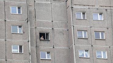 Dzieci bawiły się na oknie na III piętrze