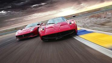 Obydwa są członkami klubu aut sportowych pisanych przez bardzo duże S. Ferrari F12 Berlinetta i Pagani Huayra mają 700-konne silniki V12 i uwielbiają udowadniać sobie nawzajem, który jest bardziej nie z tej ziemi.