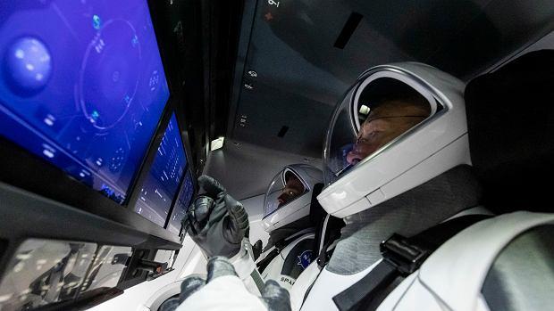 Ekrany dotykowe załogi statku Crew Dragon