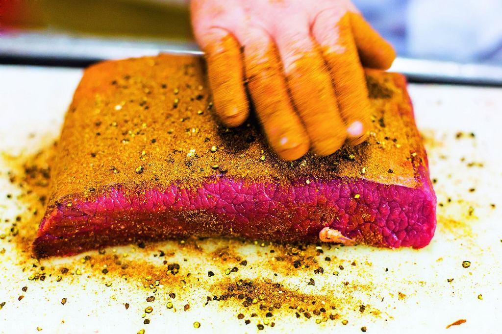 Mięso zWarmii trafia domasarni wAndrychowie. Pan Ryszard przygotowuje je, przyprawia autorską mieszanką wymyśloną przez Pawła
