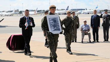 F-16 nad Warszawą, uroczystości na lotnisku. Szczątki dowódcy batalionu 'Zośka' wróciły do Polski