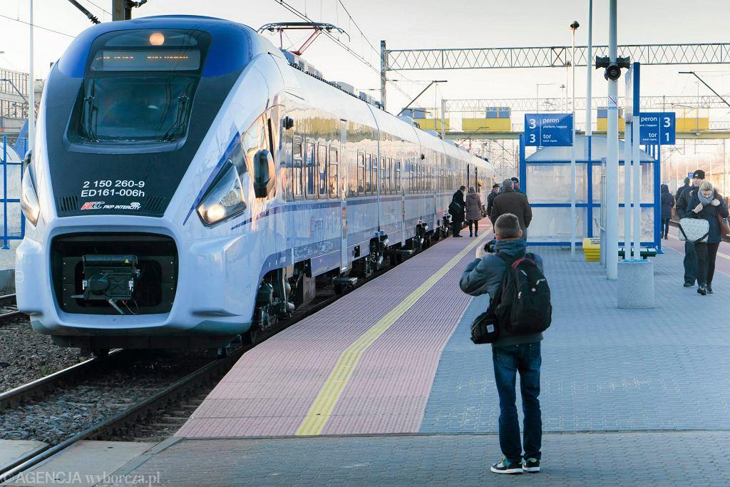 Nowy pociąg dart od Pesy w Białymstoku podczas pierwszego kursu z Warszawy