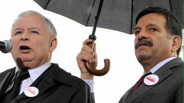 Jarosław Kaczyński i Janusz Śniadek podczas pikiety pod kancelarią premiera