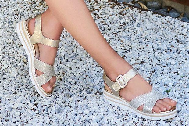 Szukasz stylowych butów na lato? W trakcie wyprzedaży warto zajrzeć do ofert niektórych marek. Jedną z nich jest Caprice. Mamy dla ciebie kilka propozycji!